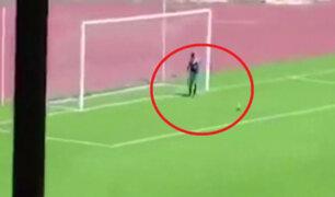 Recogebolas se mete a campo de fútbol para impedir un gol