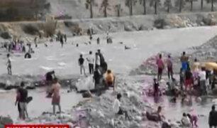 Decenas de personas se bañan en el río Rímac