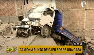 Rímac: camión de carga pesada está a punto de aplastar una vivienda tras mala maniobra