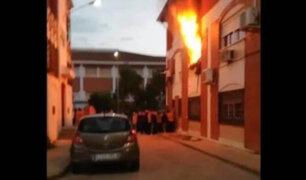 España: mujer se lanza de tercer piso de edificio para salvarse de incendio