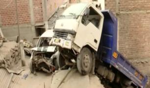 Retiran camión que estaba suspendido sobre vivienda en el Rímac