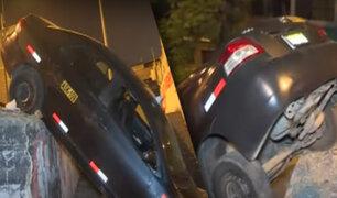 """El Agustino: auto se despista y queda colgado en cerro """"San Pedro"""""""