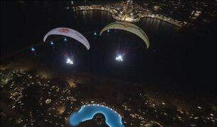 Dubái: hermosa presentación de parapente ilumina el cielo nocturno