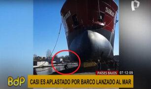 Países Bajos: Hombre casi es aplastado por barco lanzado al mar