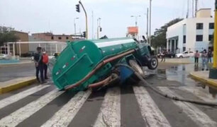 Camión cisterna se hunde en enorme forado a pocos metros de plaza de Armas de Trujillo