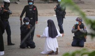 VIDEO: monja se arrodilla pidiendo a policías no disparar con manifestantes en Myanmar