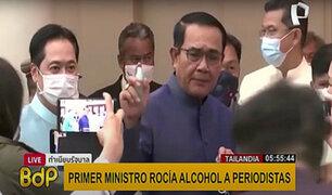 Tailandia: primer ministro rocía alcohol a periodistas en rueda de prensa