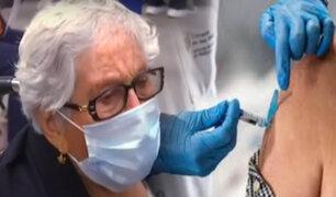 Abuelita llora de felicidad tras vacunarse en México
