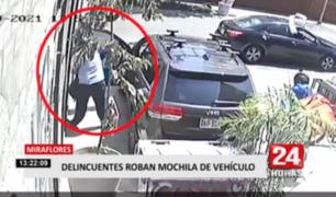 Delincuentes roban mochila de vehículo en Miraflores
