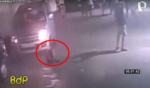 Auto arrolla a niño sentado en el piso y luego se levanta como si nada