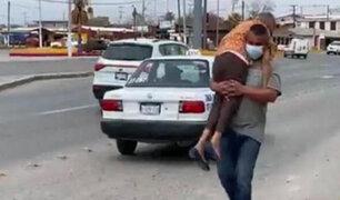 Covid-19: hombre lleva en brazos a su madre hasta centro de salud para que reciba vacuna