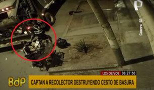 Los Olivos: recolector es captado destruyendo cesto de basura