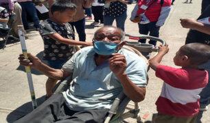 Covid-19: niños llevan a su abuelo al centro de salud en un coche de bebé para que se vacune