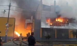 Incendio de grandes proporciones consume almacén de reciclaje en Huachipa