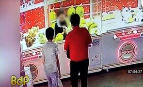 Niña queda atrapada en máquina de peluches en centro comercial