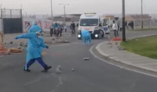 Tacna: personal de salud retira piedras de carretera para dejar pasar a una ambulancia
