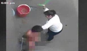 VES: mujer es captada dándole una brutal paliza a su menor hijo de 7 años