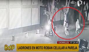 Chorrillos: ladrones en moto roban celular a pareja en menos de 10 segundos