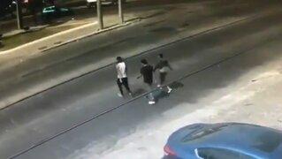 Conductor atropella a tres sujetos que lo acababan de asaltar [VIDEO]