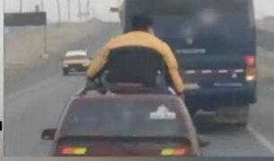 Ica: sujeto viajó sobre techo de un auto tico en la Panamericana Sur