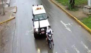 Motociclista termina en el suelo tras ser impactado por ambulancia