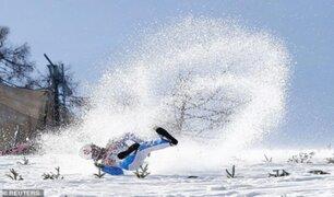 Deportista sufre impactante caída en medio de un salto de esquí a 100 km/h