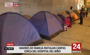 Madres de familia acampan en las afueras del Hospital del Niño