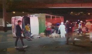 Camión cargado de verduras se volcó en la Vía de Evitamiento provocando gran congestión vehicular