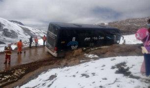 Pasajeros varados en medio de la nevada por accidente de bus en carretera de Huancavelica