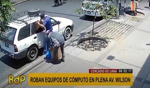 Cercado: roban equipos de un vehículo a vista de los transeúntes
