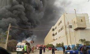 Gigantesco incendio arrasa con fábrica en Comas