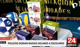 Huánuco: Policía dona radios solares a niños para recibir clases