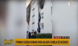 ¡Impactantes imágenes! forman cadena humana para salvar a familia de incendio