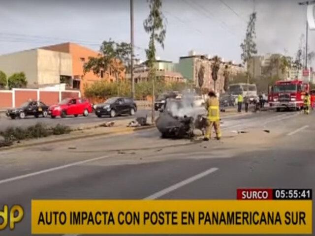 Surco: jóvenes salvan de morir tras chocar auto violentamente contra un poste