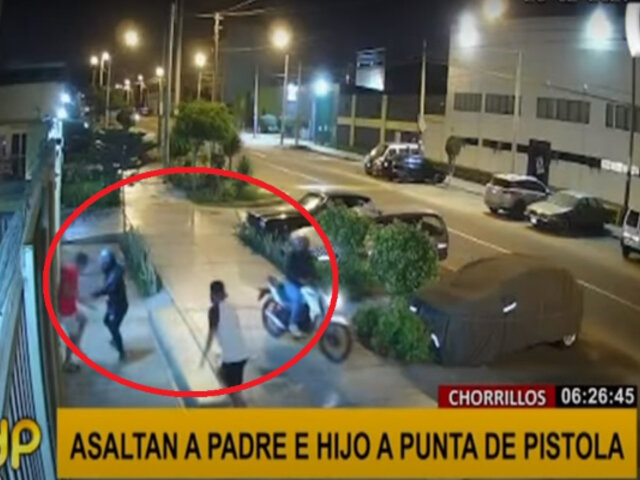 Chorrillos: delincuentes a bordo de moto asaltan a punta de pistola a padre e hijo