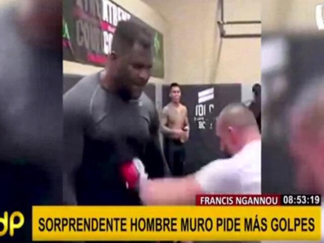 """""""Hombre muro"""": boxeador no se inmuta ante golpes en el vientre"""
