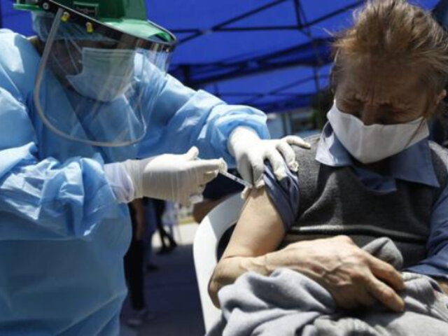 Más de 1.7 millones de asegurados adultos mayores recibirán vacuna contra covid-19