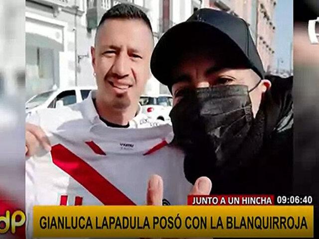 Gianluca Lapadula posó para un selfie con un hincha peruano