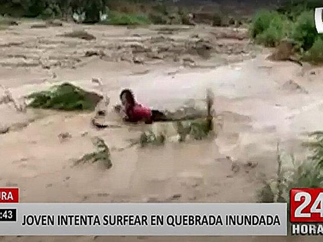 Piura: joven intenta surfear en una quebrada sobre aguas lodosas