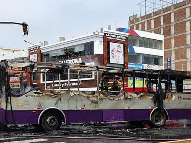 SJL: bus del Corredor Morado con 25 pasajeros a bordo se incendia en plena vía pública