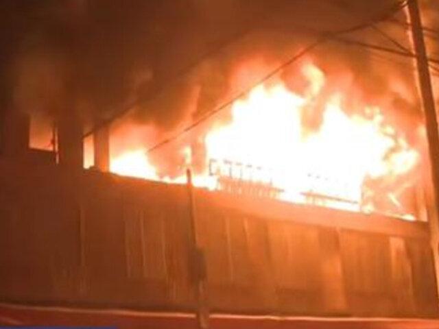 Se registra gran incendio en un local de Villa El Salvador
