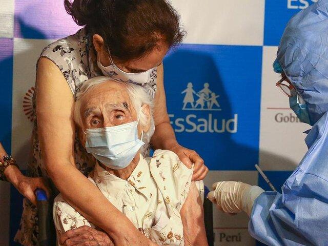 Adulta mayor de 104 años recibió la vacuna contra COVID-19