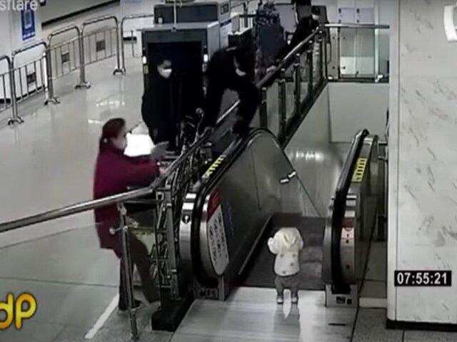 China: guardia evita que niño sufra terrible accidente en escalera mecánica