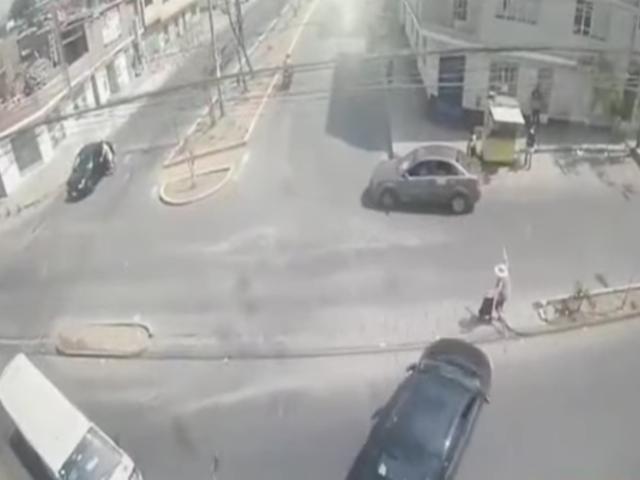 Independencia: mujer acabó siendo embestida por auto tras impactar contra otro vehículo