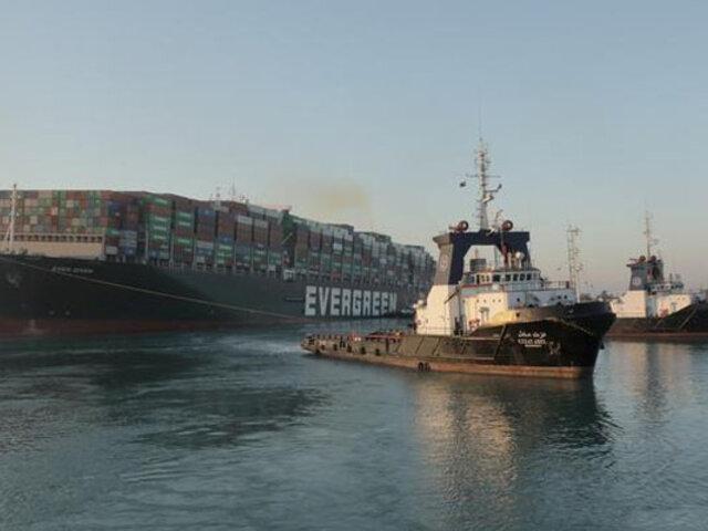 """Tras una semana de intenso trabajo reflotan carguero """"Ever Given"""" y desbloquean  el Canal de Suez"""