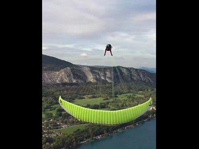 ¡Impactante! instructor de parapente realiza piruetas en pleno vuelo