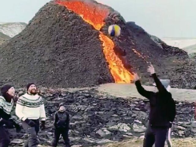 ¡De locura! jóvenes juegan vóley en las faldas de un volcán en erupción