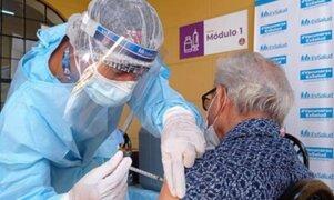 Vacunación a adultos mayores culminaría entre mayo y junio