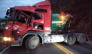 Carretera Central: enorme roca se desprende y aplasta cabina de camión en movimiento