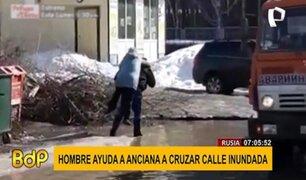 Rusia: conductor se detiene para ayudar a anciana a cruzar calle inundada